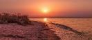 Над морем рассвет золотится и нежно играет волна!