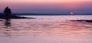 Медленно солнце восходит из вод, розовой дымкой окутав восход!